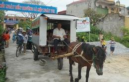 Ông cụ ngoài 70 tuổi dùng xe ngựa tự chế đưa đón miễn phí học sinh đến trường