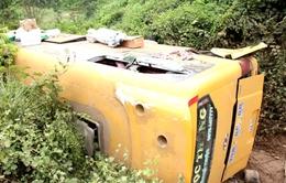Quảng Nam: Xe khách lao xuống vực, 10 người bị thương