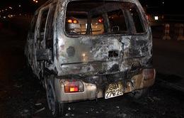 Ô tô bốc cháy chỉ còn trơ khung trên cầu Thanh Trì