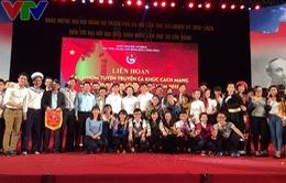 Thanh niên Việt Nam cùng nhau hát vang ca khúc cách mạng