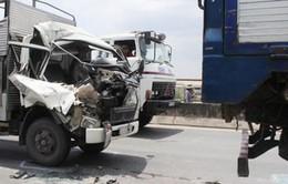 TP.HCM: Đâm vào đuôi xe tải, phụ xe kẹt trong cabin