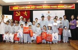 Tặng quà trẻ em đang điều trị, phẫu thuật mắt tại Hà Nội