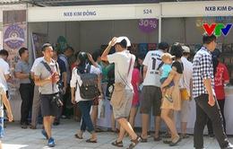 Hàng trăm độc giả đội nắng tham gia Lễ hội sách Hoa học trò