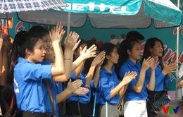 Hàng trăm bạn trẻ đội nắng tham gia Ngày hội Tân sinh viên 2015