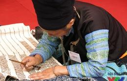Du khách nước ngoài thích thú với Hội chợ hàng thủ công truyền thống