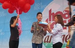 Hoàng Tôn bất ngờ khi nhận được quà sinh nhật muộn từ fan