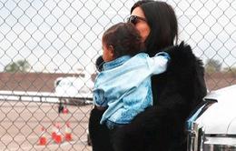 Gia đình Kim Kardashian đáp máy bay riêng tới Arizona