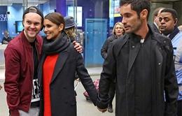 Chồng Cheryl Cole không buông tay vợ khi vợ chụp hình với fan