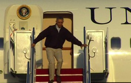 Tổng thống Mỹ suýt ngã trên bậc thang chuyên cơ Không lực Một