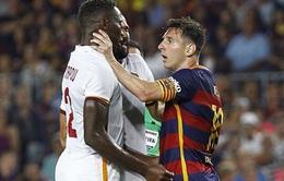 Barca 3-0 Roma: Messi suýt bị đuổi vì húc đầu, bóp cổ cầu thủ đối phương