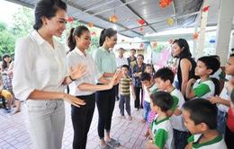 Hoa hậu Hoàn vũ Việt Nam 2015: Tân Hoa hậu, Á hậu... tập bế trẻ con
