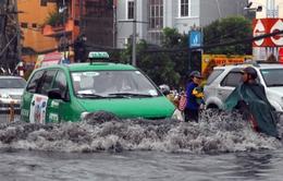 Chùm ảnh: Nước ngập gần 1m, hàng loạt xe cộ 'ngụp lặn' trong làn nước đen