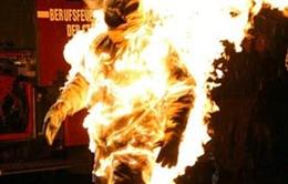 Ôm người tình rồi tưới xăng đốt vì không được thỏa mãn ham muốn