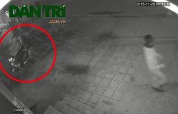"""Hà Nội: Trộm xe máy trong """"nháy mắt"""" trước cửa quán cà phê"""