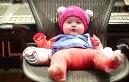 Kelly Clarkson khoe con gái 6 tháng tuổi trong video mới
