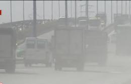 Khói bụi trên xa lộ Hà Nội 'tra tấn' người dân