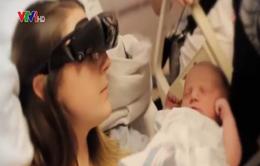"""""""Kính thông minh"""" giúp người mẹ mù nhìn ngắm được con"""