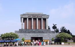 Hàng nghìn người dân vào Lăng viếng Chủ tịch Hồ Chí Minh