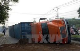 Xe container bị lật, hàng chục nghìn lít dầu tràn ra đường
