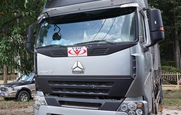 """Bình Dương: Đoàn xe quá tải dán logo """"lạ"""" bị xử lý"""