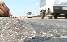 Lại xuất hiện rãnh lún sâu trên cầu Thanh Trì