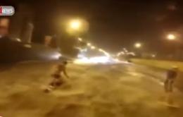 Lướt ván điệu nghệ trên đường phố ngập nước ở Nga