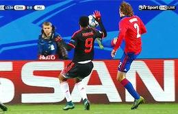 """Louis Van Gaal chê Martial """"ngốc nghếch"""" vì dùng tay chơi bóng"""