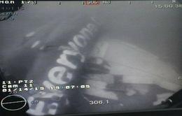 Các thợ lặn tiếp cận thân máy bay AirAsia