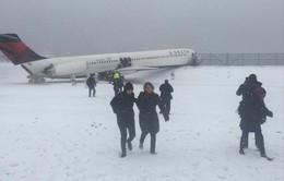 Mỹ: Máy bay chở 132 người trượt khỏi đường băng