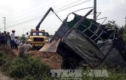 Đâm mạnh tàu hỏa, lái xe tải văng khỏi buồng lái, tử vong
