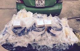 Thanh Hóa: Tạm giữ lái xe taxi vận chuyển trái phép trên 3.000 kíp nổ