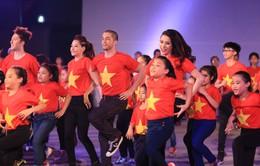 Bước nhảy hoàn vũ 2015 mở màn ấn tượng với sắc đỏ cờ Tổ quốc