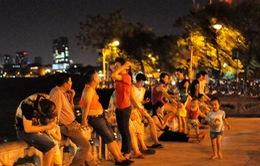 """Tránh nắng nóng, người dân Thủ đô """"đua nhau"""" ra đường buổi tối"""