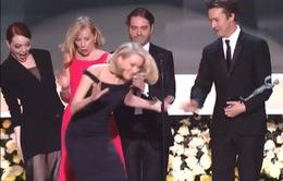"""Emma Stone suýt làm bạn diễn """"vồ ếch"""" tại SAG Awards"""