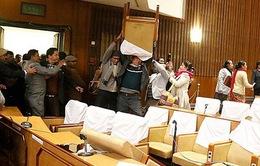 Nepal: Các nghị sĩ đối lập ném ghế vào Chủ tịch Quốc hội