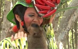 Thí sinh Vietnam's Next Top Model 2015 sợ hãi vượt thử thách chụp hình với khỉ