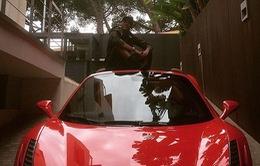 Neymar ngồi trên nóc khoe siêu xe Ferrari mới tậu