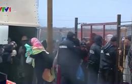 Hàng nghìn người di cư mắc kẹt dưới mưa tại biên giới Macedonia - Hy Lạp