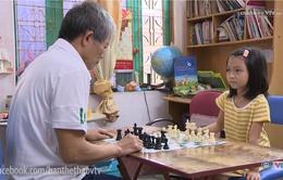 Giọt nước mắt hạnh phúc của ông nội kỳ thủ nhí Nguyễn Lê Cẩm Hiền