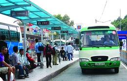 Thiếu nhà chờ, người dân TP.HCM đội nắng, đội mưa chờ xe bus