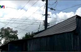 Nguy hiểm rình rập từ những căn nhà 'ôm' cột điện