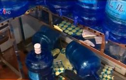 Hà Nội: Phát hiện cơ sở nước uống đóng chai và đá lạnh vi phạm VSATTP