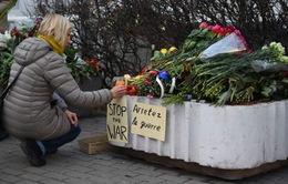 Khủng bố kinh hoàng tại Paris: Những bông hoa trước ĐSQ Pháp và những khoang tàu trống