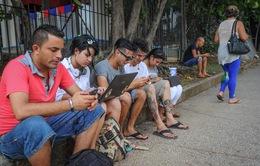 Người dân Cuba háo hức với điểm Wifi đầu tiên