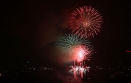 Người dân Hà Nội đội mưa xem pháo hoa ngày Quốc khánh