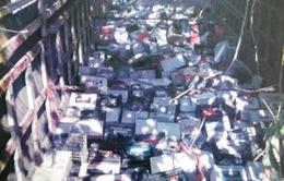 Bắt xe tải chở hơn 19 tấn bình ắc quy cũ