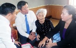 Phó Chủ tịch QH Nguyễn Thị Kim Ngân tặng quà các gia đình thương binh, liệt sĩ tại Hà Tĩnh