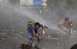 Cảnh sát Hungary dùng vòi rồng ngăn người di cư tại biên giới