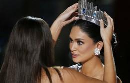 Hoa hậu Hoàn vũ 2015 ôm mặt khóc nức nở trong hậu trường