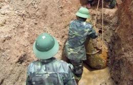 """Dựng cột điện phát hiện bom """"khủng"""" 400kg"""